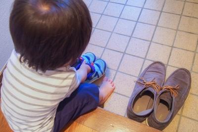 玄関で子どもが並んで靴を履く