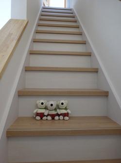 ホワイト×ナチュラルベージュの階段