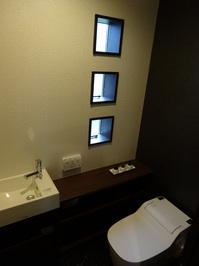大きめの手洗い器があるトイレ