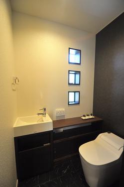 3つの小窓 トイレ