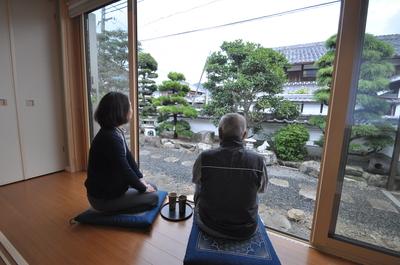 和室から庭を眺める