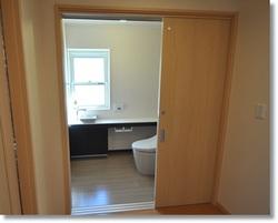 3枚引き戸のトイレ