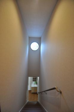 階段の丸窓