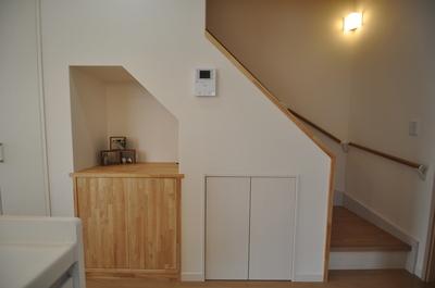 階段下のスペースを利用した収納と電話台
