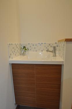 モザイクタイルをあしらった手洗い器