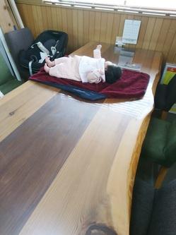 机の上に赤ちゃん
