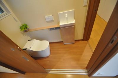 2方向から出入りできるトイレ