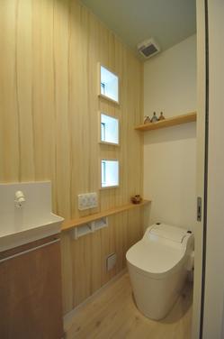 アクセントクロスを貼った可愛いトイレ