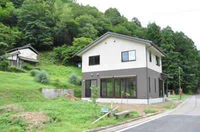 緑の中に建つ子どもと暮らす家