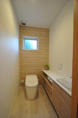 収納が充実した広めのトイレ