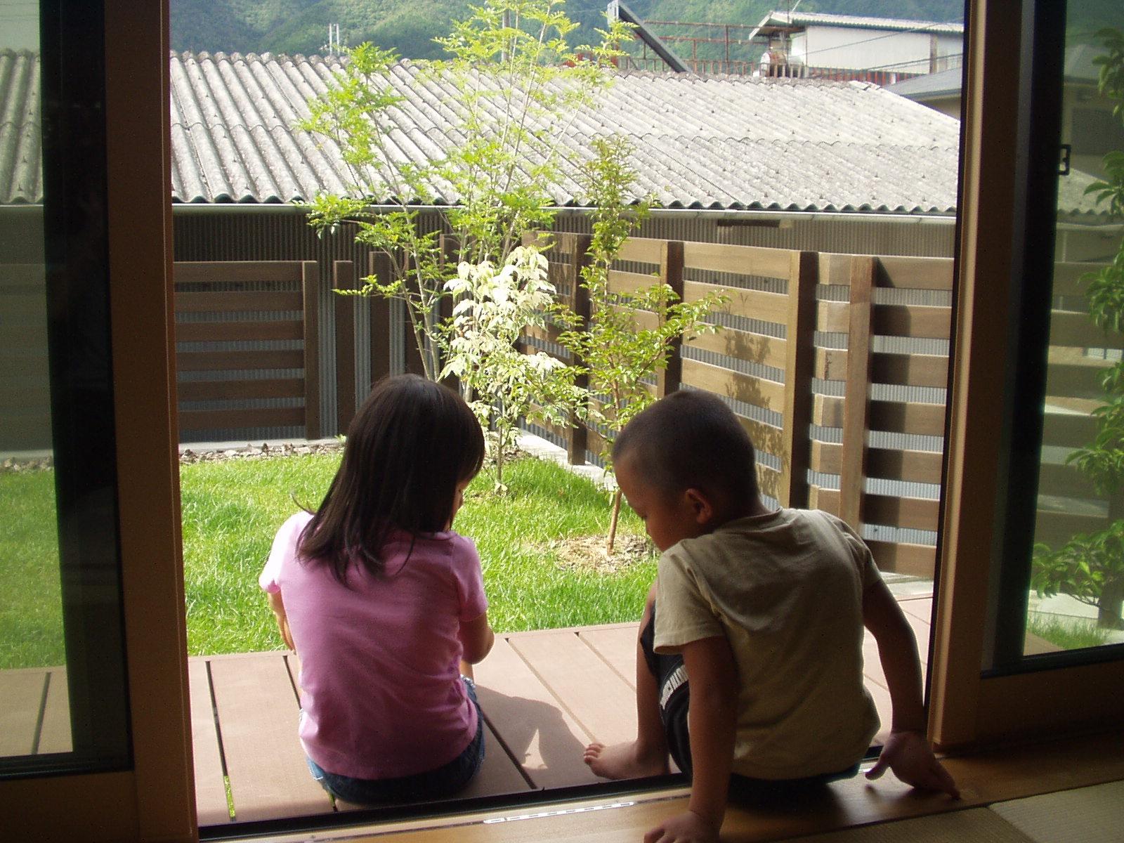 芝生の庭とお子様の写真です
