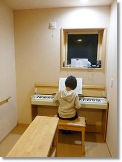 廊下にピアノ