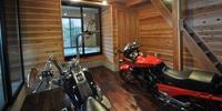 リビングからバイクを眺める家